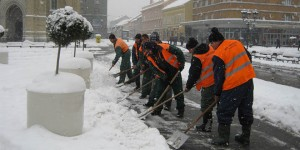 lopate-lopatanje-ciscenje-snega-zima-novi-sad-trg-centar-komunalci-cistoca-rasciscen-jpg_660x330