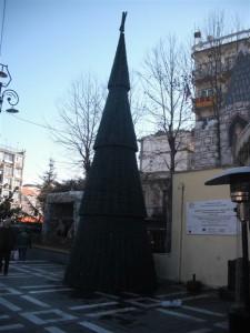 Το χριστουγεννιάτικο δένδρο της πλατείας